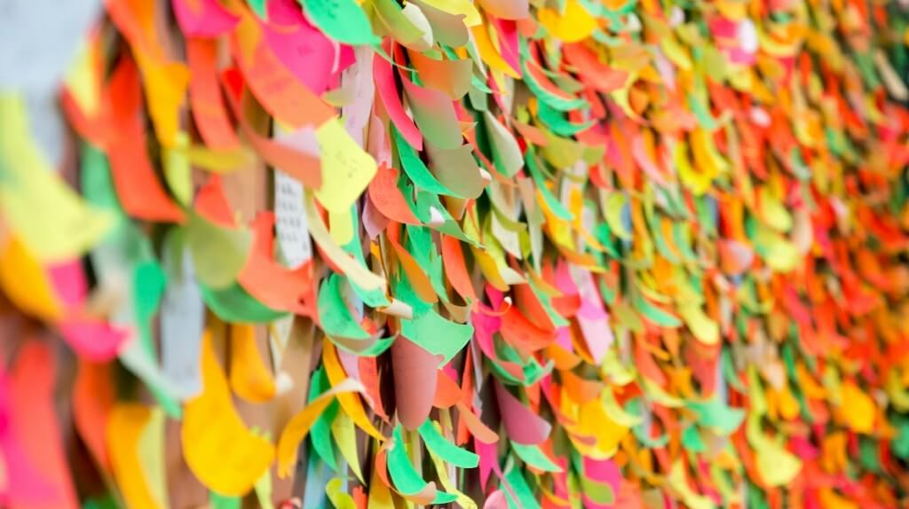 Wall with many post-it notes